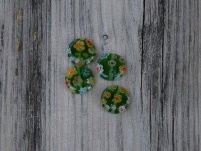 Kraal glas plat groen beschilderd bloem 1,3 cm